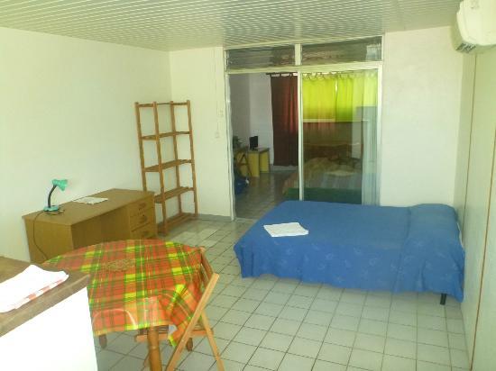 Hotel Ballahou: Room 8 (unrenovated 2 br suite) - 2nd bedroom / kitchenette