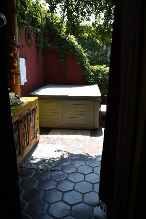 El Nido at Hacienda Escondida: Bathroom and private jacuzzi