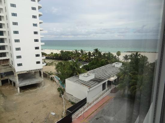 Hotel Riu Plaza Miami Beach : a standard room that comes with partial ocean view