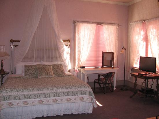 Seven Wives Inn: Lucinda - Bed & Desk