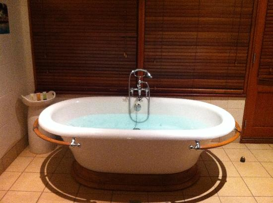 Bali Hai Resort & Spa: Tub