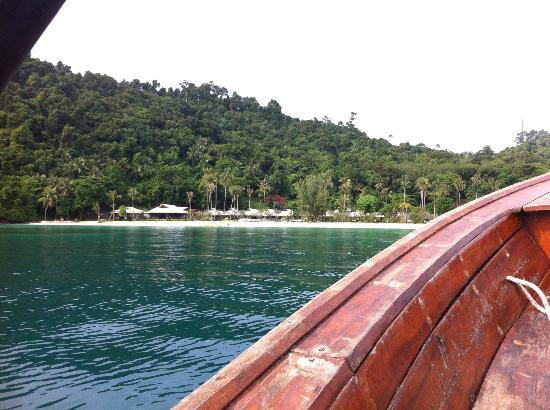 Koh Ngai Thanya Beach Resort: view of the resort from the sea