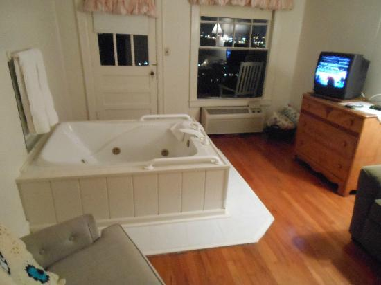 Sky Harbor Court: Honeymoon Suite Jacuzzi