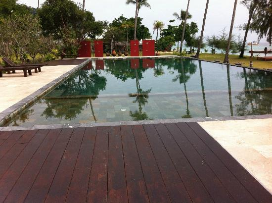 Koh Ngai Thanya Beach Resort: pool area