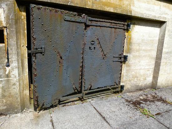 Fort Canby State Park: Wonderful ancient iron doors....