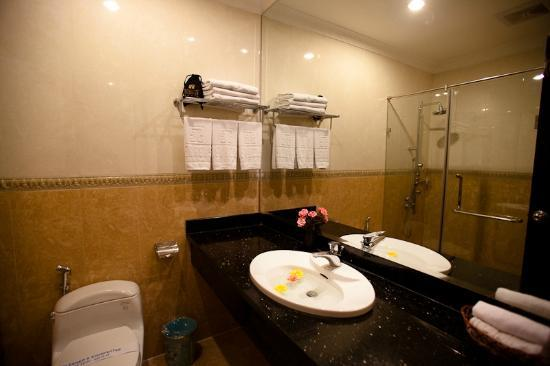 Hanoi Meracus Hotel 1: Toilet in the room