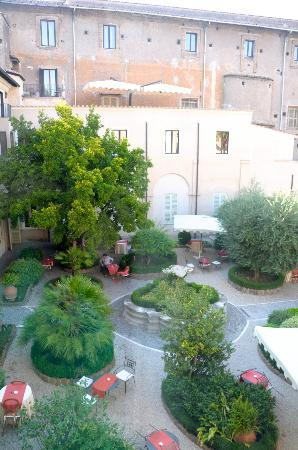 VOI Donna Camilla Savelli Hotel: View from the room; courtyard, where breakfast is served.