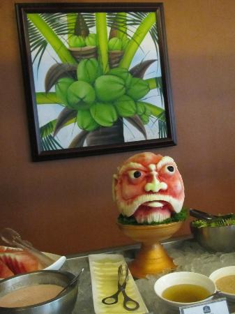 Best Western Resort Kuta: Notice the interesting carving from a watermelon.