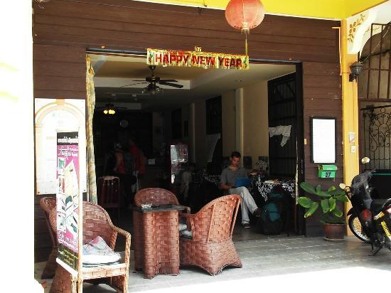Thalang Guest House: reception and breakfast area