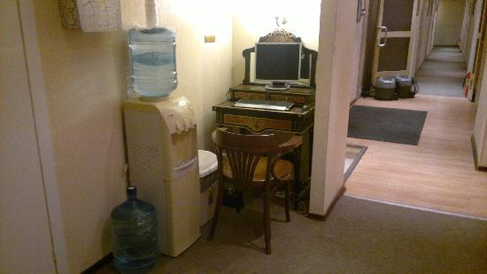 Nevsky Hotel Grand: Drinking water machine on 7th Floor along with free wi-fi computer
