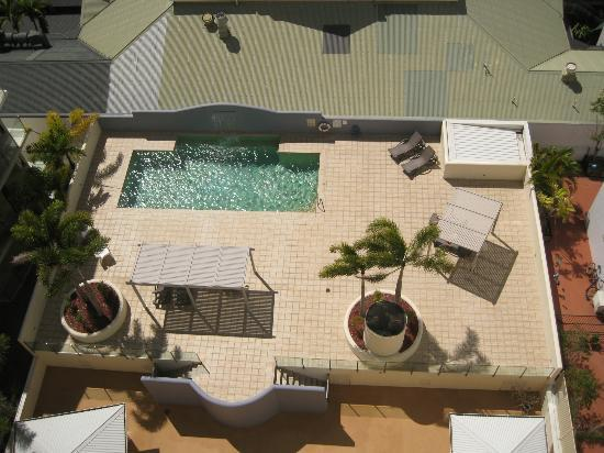 Jack & Newell Cairns Holiday Apartments: view down to pool deck