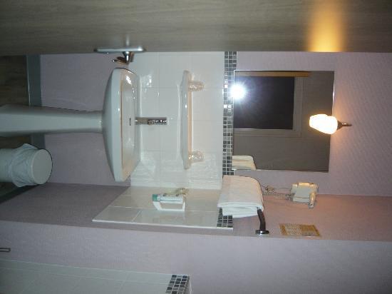 Brit Hotel Le Surcouf : Salle d eau