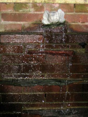 The Bellmoor Inn and Spa: Courtyard fountain singing