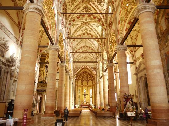 Sant'Anastasia : 内部は圧巻