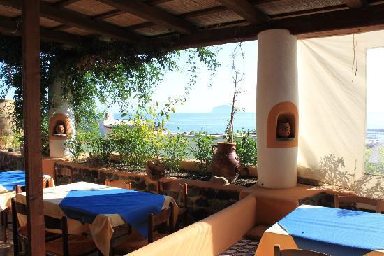 Hotel Mamma Santina: La salle de restaurant mi-couverte avec vue sur Stromboli