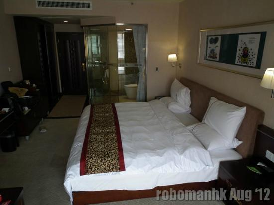 Bestel Hotel: Spacious room and toilet
