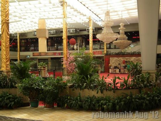 Bestel Hotel: Quite empty shopping mall