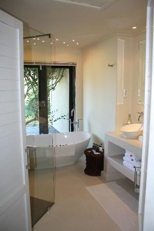 Lion Sands River Lodge: Bathroom - separate bath and shower. Lovely deep bath with private outlook