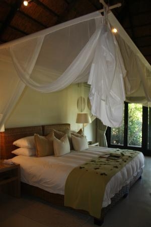 Lion Sands River Lodge : Our Room - luxury Lodge. Lovely welcome message at the end of the bed and Mosquito nets