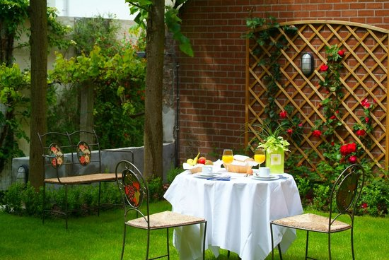 Rosenburg Hotel: Breakfast in our garden
