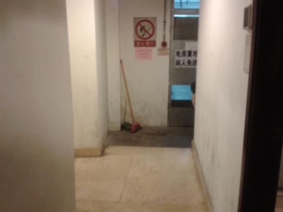 Venice Hotel: Le couloir du Hall aux toilettes