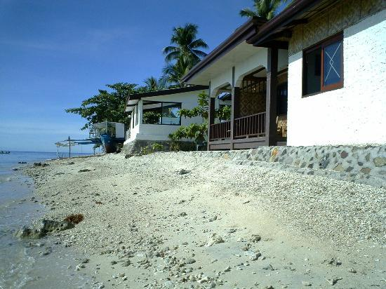 Peters Dive Resort: Rooms on the water