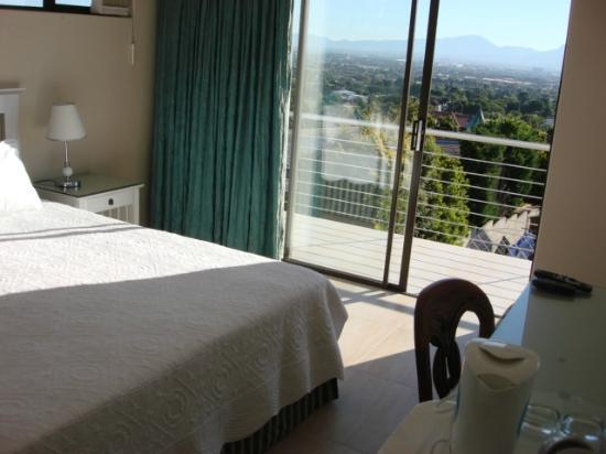 Heather Heights : En-suite with view on Table Mountain, led dstv, wireless internet, hospitality tray, bar fridge.