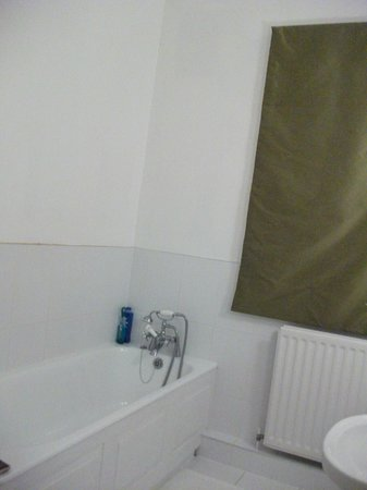 The White Horse at Sutton: bathroom 1 - no shower curtain or holder