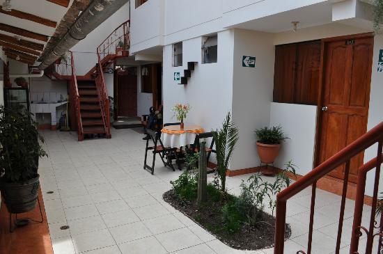 Hostal Provenzal: Área externa central do hotel