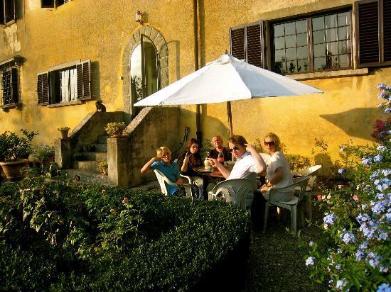 Villa Baldasseroni: Dining in the garden