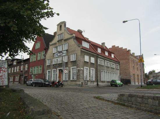 La Guitarra Hostel Gdansk: Hostel as seen from the canal