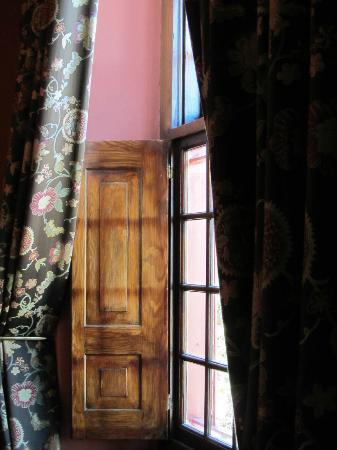 Dutch Manor Antique Hotel: old Dutch window