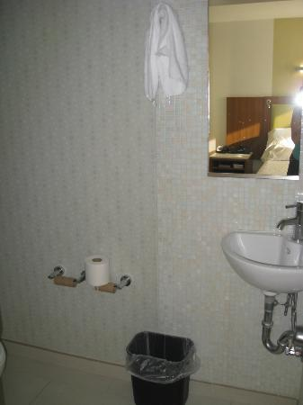 SpringHill Suites Kingman Route 66: toilet room with mini-sink