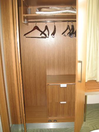 SpringHill Suites Kingman Route 66 : large closet