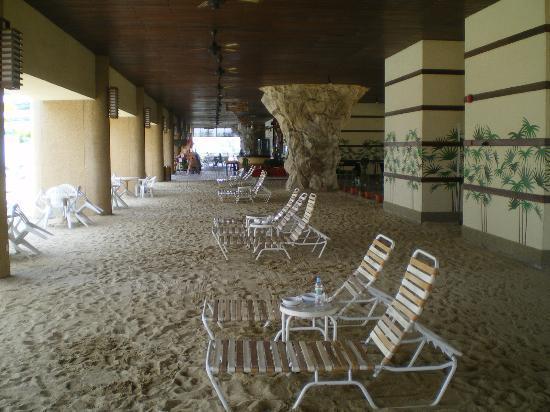 "The Gurney Resort Hotel & Residences Penang: ""Strand"" beim Pool auf Terrasse"