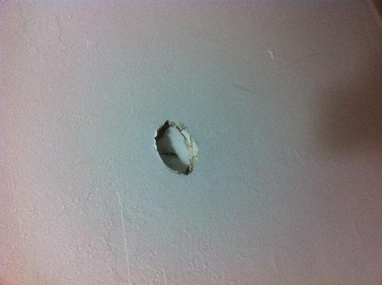 Americas Best Value Inn Fort Jackson: Hole in wall