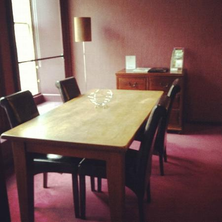 Royal Mile Residence: Dining room facing the royal mile