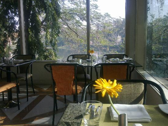 Taj Banjara Hyderabad: Restaurant- Breakfast(Lovely view of the lake)