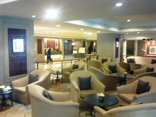 Taj Banjara Hyderabad: Guest sitting area in the lobby