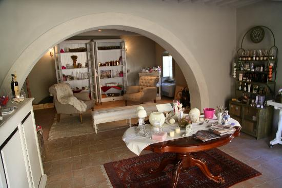 Villa di Piazzano: Loung area and gift shop