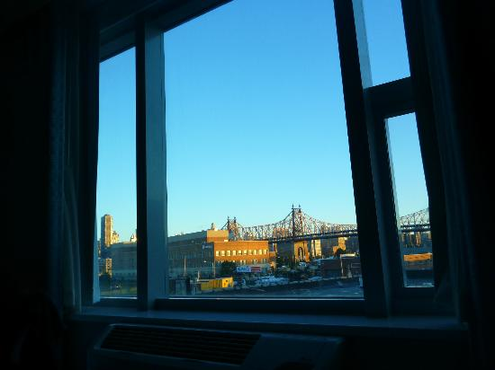 Wyndham Garden Long Island City Manhattan View: View from Bed in the morning ;)
