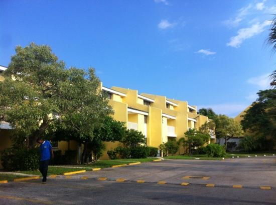 Blue Water Resort on Cable Beach: vue extérieure des bungalows cote accès