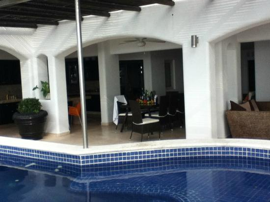 Playa Conchas Chinas Hotel: looking at kitchen and dining from the private pool area