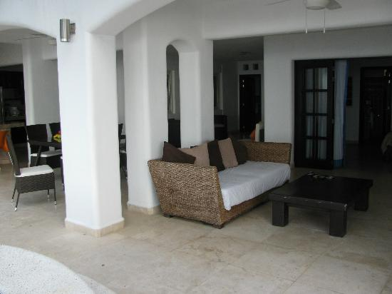 Playa Conchas Chinas: Living area of suite
