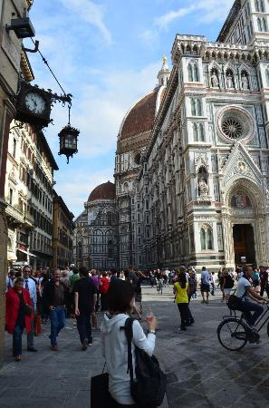 Hotel Duomo Firenze: Hotel Duomo (yellow building on left)
