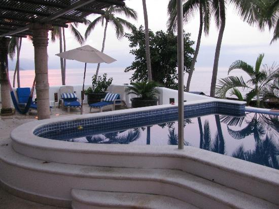 Playa Conchas Chinas Hotel: view of private pool and balcony from kitchen
