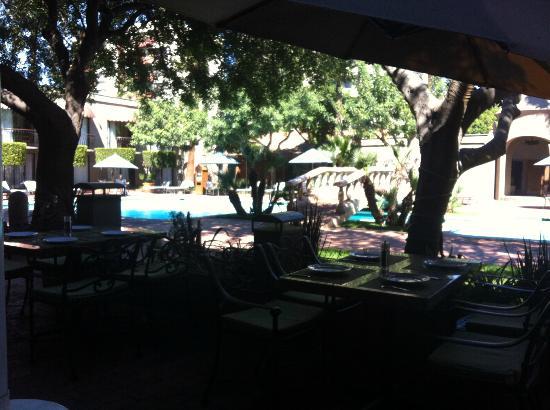 Hotel Lucerna Tijuana: Vista della piscina dal ristorante