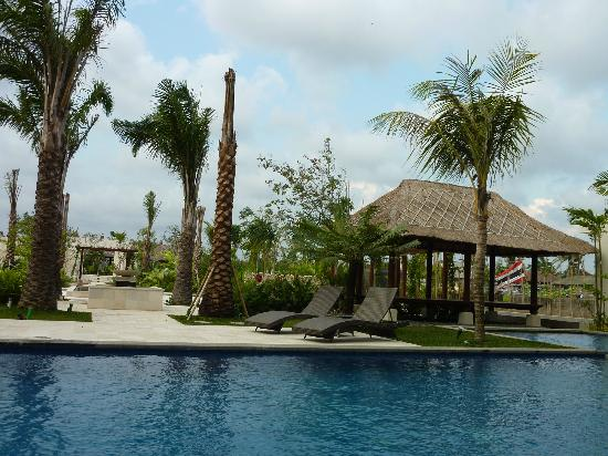 favehotel Umalas: pool and garden