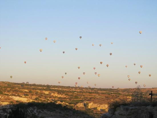 4ODA Cave House: Hot air balloons, early morning