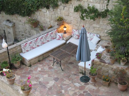 4ODA Cave House: Hotel courtyard